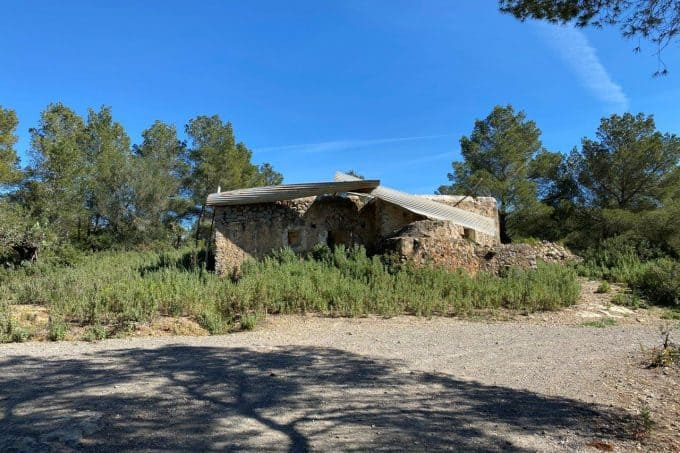 For sale finca to renovate with license on a plot of 537,000 sqm