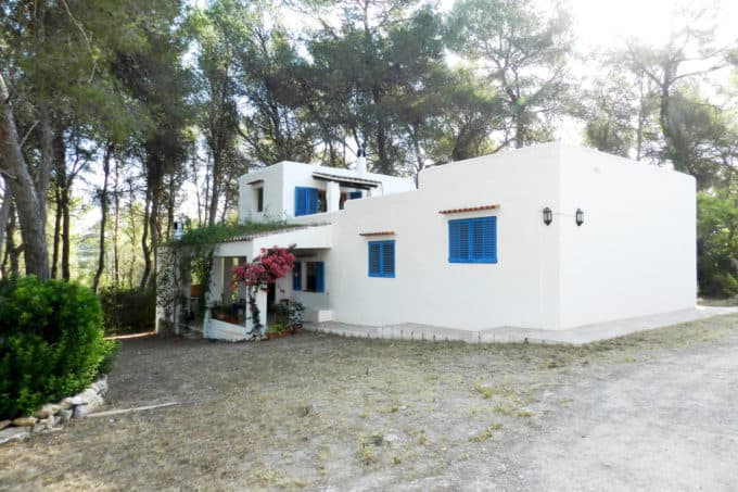 Country Ibiza house with great potential investment