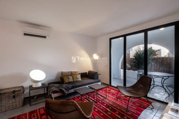 Modern style apartment with 3 bedrooms a few steps from Cala Conta beach.