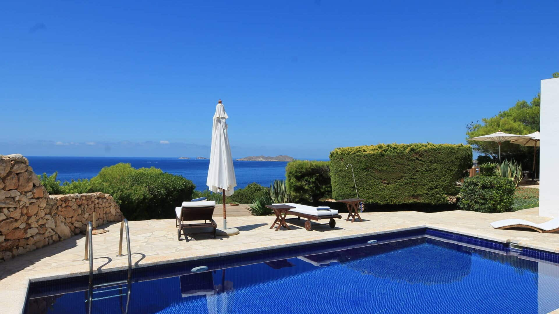 Seafront & touristic rental license! Spectacular villa with breathtaking views