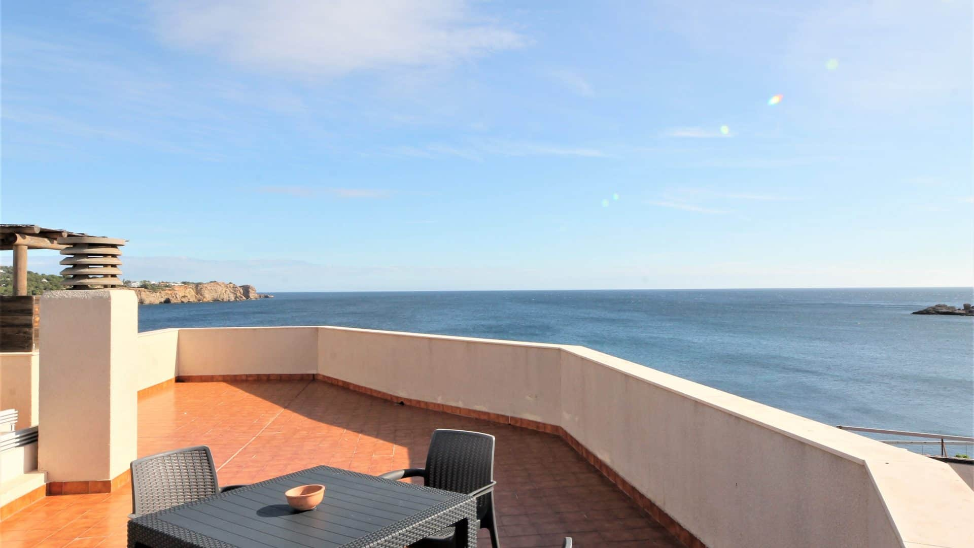 Rent twin house Talamanca with swimming pool on the seafront
