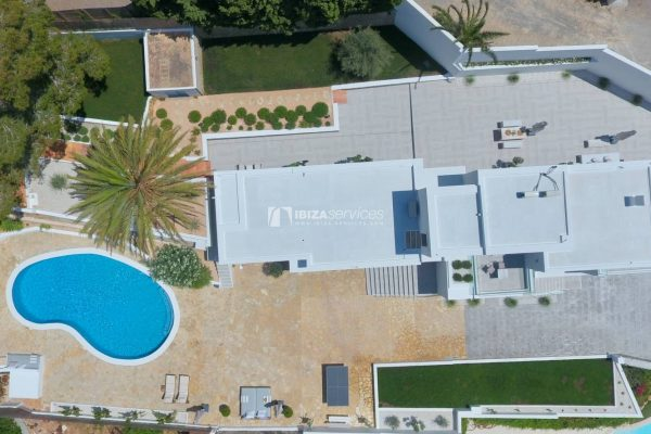 Beautiful property with garden and sea views on sale in Cap Martinet – Talamanca beach.