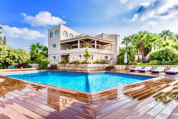Large and beautiful Mediterranean style villa with huge swimming pool to rent