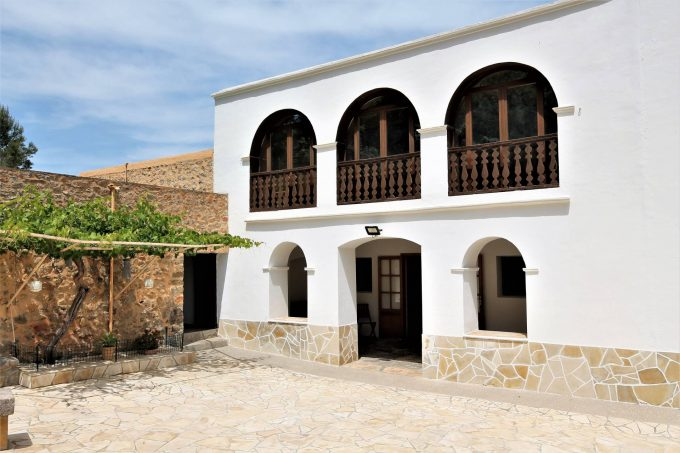Annual rental 3 bedroom finca located in the center of the island of Ibiza.