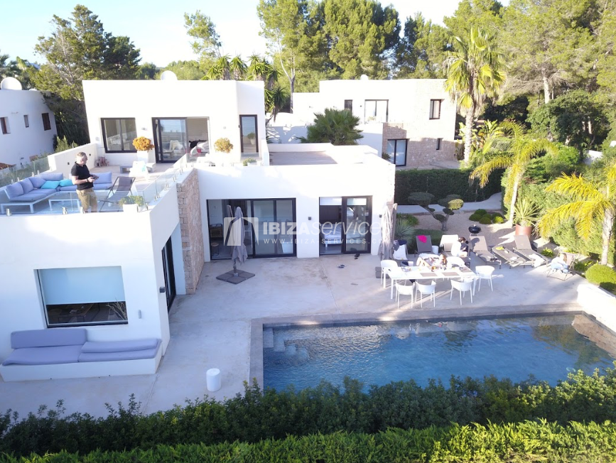 Modern holiday villa with direct access to the sea