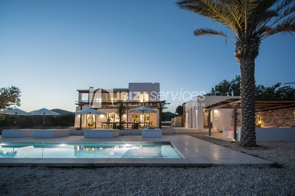 Authentic Ibiza style villa KM5 for 20 people groups perspectiva 3
