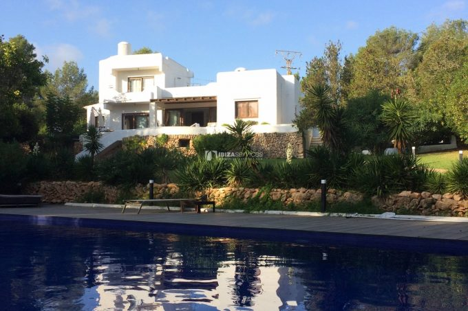 Pool villa with private tennis court in a peaceful area
