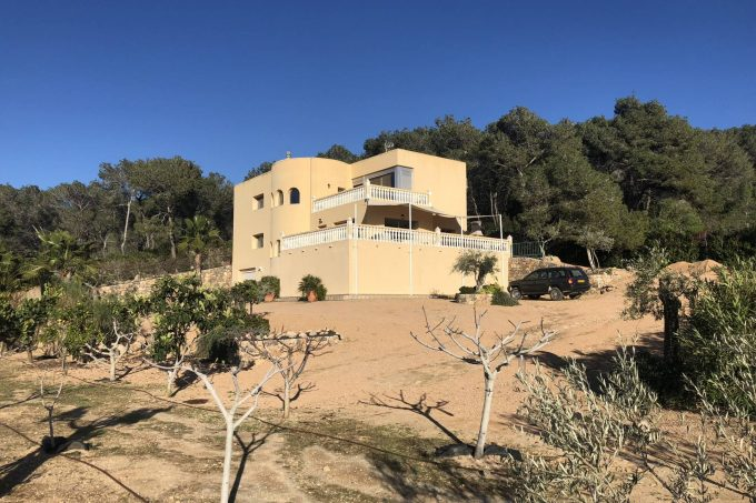 2 villas and a house with pools for sale in Benimusa