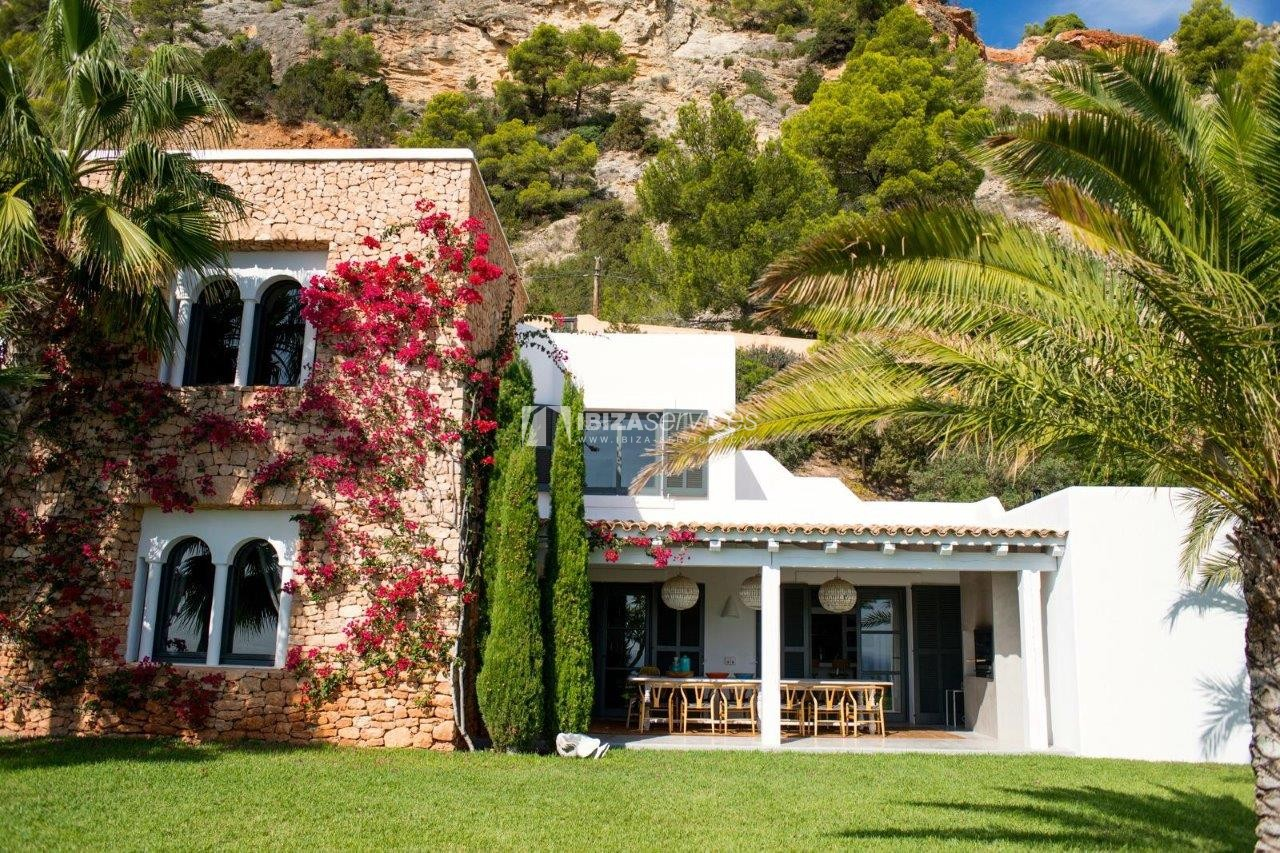 Rent a luxury 6 bedroom villa in Es cubells perspectiva 10